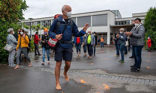 Demonstration ´Uns reicht´s´ und Beginn Barfuß-Fußmarsch von Harald Purkart