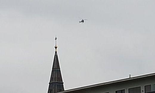 Sonntagnachmittag: Der Polizeihubschrauber über der Grazer Josefskirche