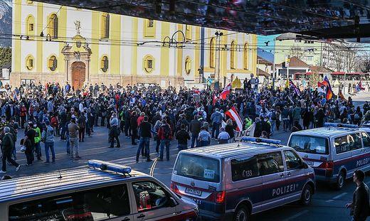Trotz Verbots nahmen an der Demo in Innsbruck hunderte Personen teil