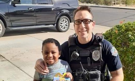 """Die Polizei von Mesa teilte ein Foto des """"Einsatzes"""". Die Reaktion des Polizisten begeistert seitdem viele Menschen im Netz"""