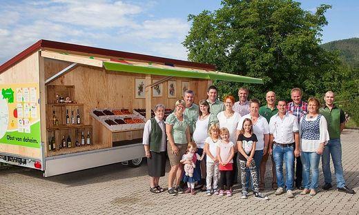 Die Familien der Obsthöfe bei der Eröffnung des Wagens, der im Juli und August geöffnet hat
