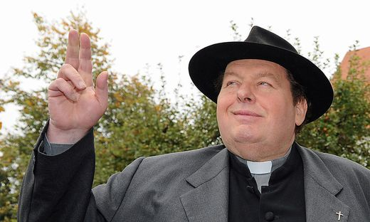 Ottfried Fischer, hier in seiner Rolle als Pfarrer Braun, hat seiner Lebensgefährtin das Ja-Wort gegeben