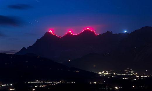 Am Abend brachten 120 Bergretter den Dachstein zum Glühen.