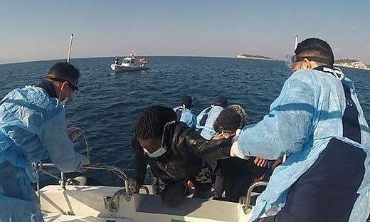 Die türkische Küstenwache in Bademli birgt Flüchtlinge vor der Ägäisküste