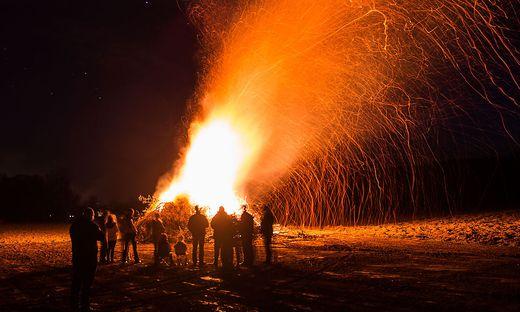 Erst nach Sonnenuntergang ist am Karsamstag das Entzünden des Osterfeuers gestattet