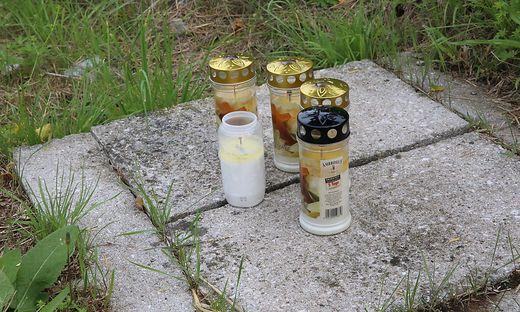 An jener Stelle der Friesacher Bundesstraße (B 317) bei Mölbling, an der am Montag vier Menschen starben, brennen Kerzen