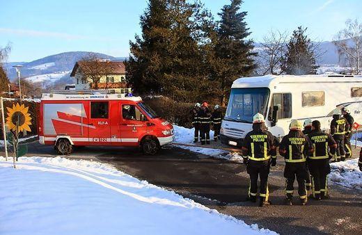 Die Feuerwehr zog das Wohnmobil wieder auf die Straße