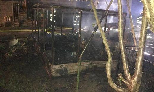 Anhänger und Pkw wurden von den Flammen komplett zerstört