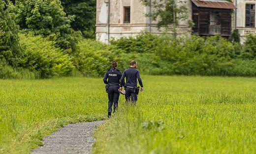 Die Polizei suchte am Montag auf dem Feldweg in Treffen die Strumpfmaske, die der Täter dort entsorgt hat