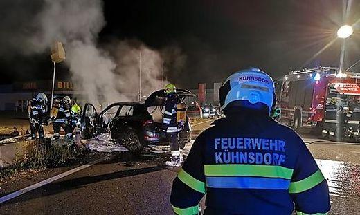 Das Auto brannte trotz raschen Feuerwehreinsatzes aus