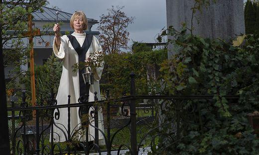 Bei der Gräbersegnung: Christine Görtschacher im liturgischen Kleid