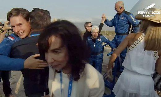 Mark Bezos, Jeff Bezos, Oliver Daemen und Wally Funk wurden heute offiziell zu Astronauten.