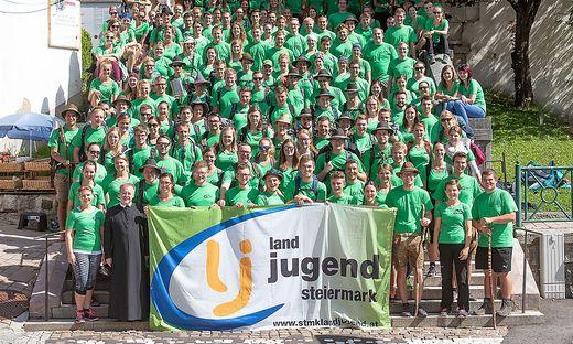240 Landjugend-Mitglieder auf der Treppe vor der Basilika