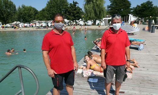 Die Mitarbeiter der Stadtwerke tragen nun auch im Strandbad Mund-Nasen-Schutz