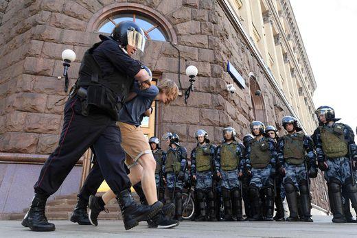 Die Polizei nimmt in Moskau einen Demonstranten fest