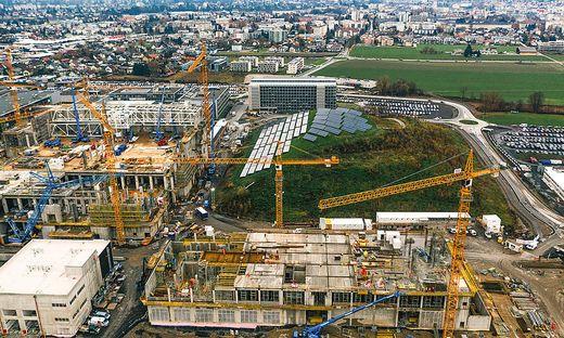 500 Bauarbeiter auf der Baustelle von Infioen in Villach, dachgleiche für das neue Chipwerk im Frühsommer 2020