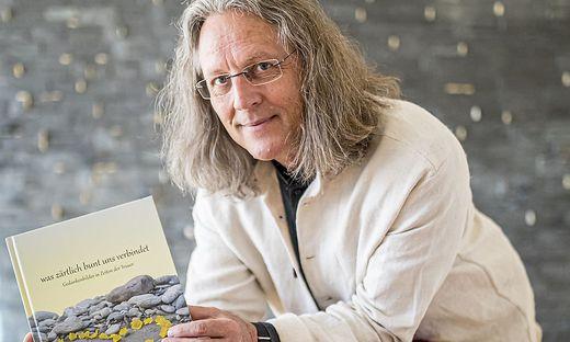 Pfarrer Friedrich van Scharrel betreut Eltern verstorbener Kinder und Gefangene in der Haftanstalt
