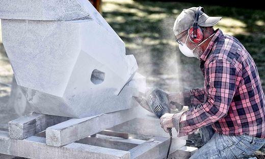 Stein will in Form gebracht werden - Helmut Machhammer beim Arbeiten