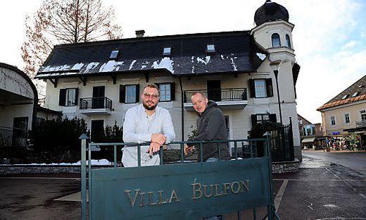 Hofmayer und Böker vor der Villa Bulfon