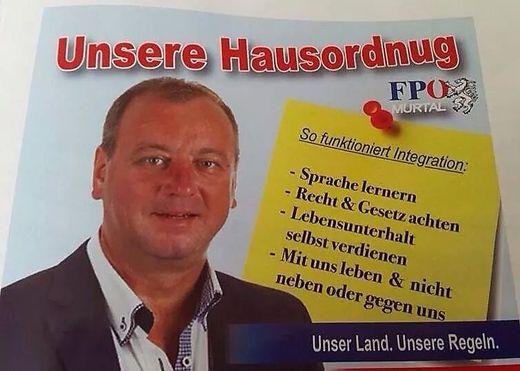 """Wolfgang Zanger, hier am missglückten Plakat: """"Das soll nicht passieren"""""""