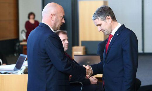 Björn Höcke (AfD) gratuliert Kemmerich (FDP)