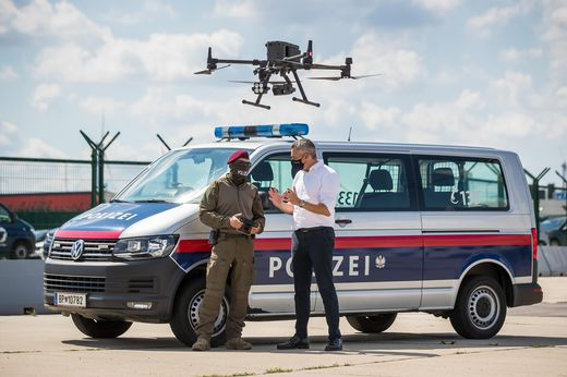 Innenminister Karl Nehammer setzt Drohnen verstärkt im Kampf gegen illegale Migration ein