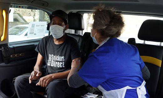 """Selbst in Taxis - den """"Vaxi Taxis"""" werden in Großbritannien mittlerweile spezielle Risikogruppen geimpft"""