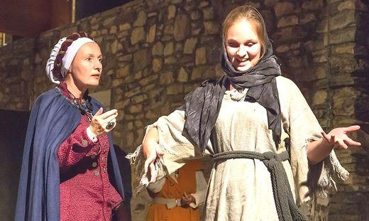Ilona Wulff-Lübbert (links) in der Rolle der Hemma von Gurk