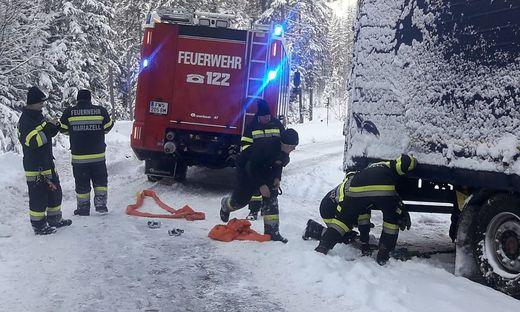 Vier Stunden lang kümmerte sich die Feuerwehr um den Sattelschlepper