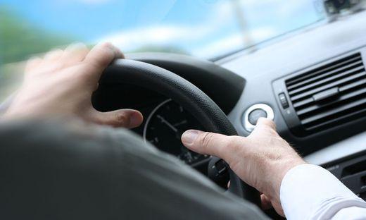 Attacke bei Autofahrt (Sujetbild)