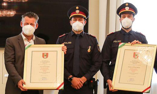 Bürgermeister Christian Scheider ehrte die Inspektoren Andreas Kogler und Dominik Sodamin.
