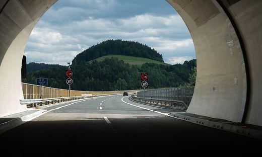 Licht am Ende des Tunnels: Diskussion um den 100er zwischen Kollmann- und Haberberg-Tunnel ist beendet. Ab heute gilt, außer bei Regen, dort wieder Tempo 130