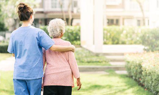 Der Eintritt in ein Pflegeheim kann für Betroffene erleichtert werden, wenn sie in den Umzugsprozess eingebunden werden