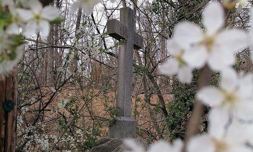 Ein Kreuz auf der Ries erinnert an die NS-Gräuel.
