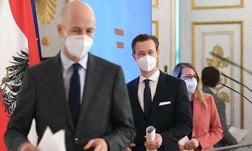 Arbeitsminister Kocher, Finanzminister Blümel und Wirtschaftsministerin Schramböck geben Auskunft
