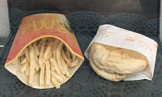 Nur ein wenig verschrumpelt: Cheeseburger und Pommes, 2009 gekauft