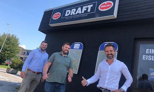Geschäftsführer Napokoj, Hallenwirt Wascher und Finanzvorstand Andy Schwab (von links) vor dem neuen Schriftzug der Bar