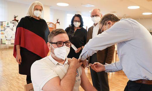 Ärzte, Pfleger und Bewohner von Seniorenheimen gehören zu den Ersten, die geimpft werden