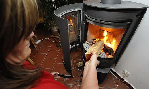 Gemütlich, aber klimaschädlich: der Ofen im Wohnzimmer. Das Heizen damit soll teurer werden.