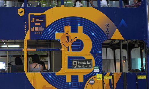 Eine Bitcoin-Werbung auf einem Bus