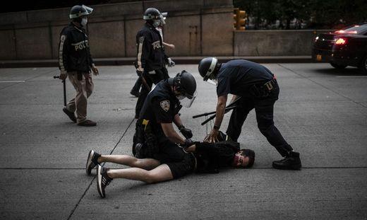 Mit aller Härte: Polizisten nehmen in New York einen Protestierer fest