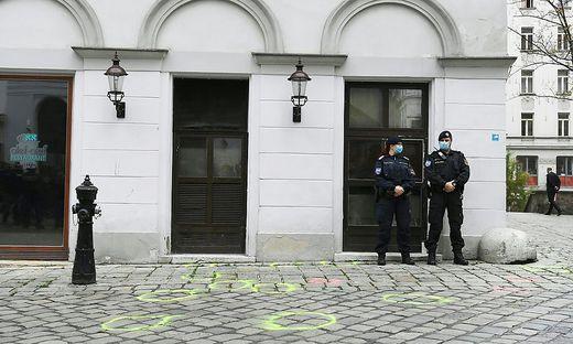 ANSCHLAG IN WIEN: POLIZEIBEAMTE IM BEREICH DES TATORTS