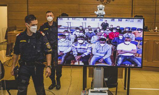 Die Angeklagten sind per Video im Gerichtssaal dabei
