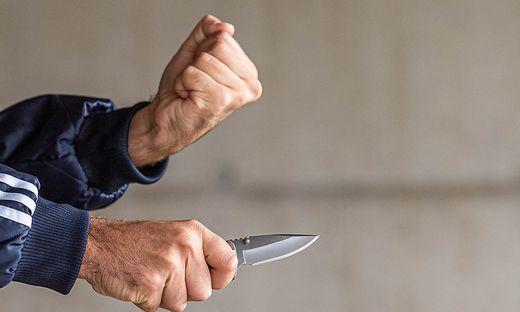 Mit einem Messer bewaffnet, stürmte der Täter ins Wettlokal