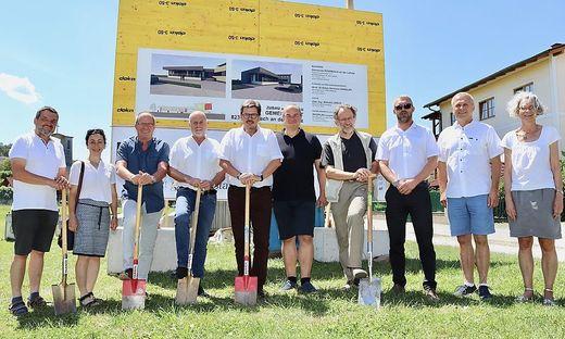 Bürgermeister Günter Putz mit Mitgliedern des Gemeinderates beim Spatenstich für den Dorfplatz