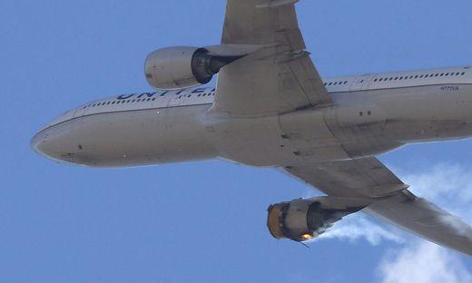 Die Boeing 777-200 der United Airlines in Nöten