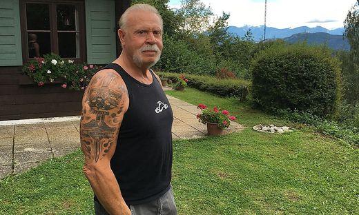 """Auch auf der Kärntner Alm trägt US-Star Paul Teutul senior seine """"Markenzeichen"""" zur Schau: Schnauzer, Achselshirts, Tattoos"""