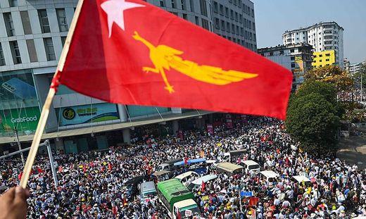 Im Rahmen eines Generalstreiks gingen in allen Landesteilen Zehntausende Menschen auf die Straßen
