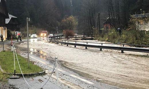 Der Treffnerbach ist über die Ufer getreten, die Millstätter Straße war gesperrt