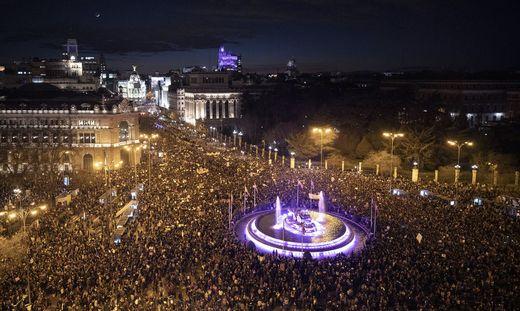 In Madrid beteiligten sich am Abend rund 350.000 Frauen an einer Demonstration für Frauenrechte